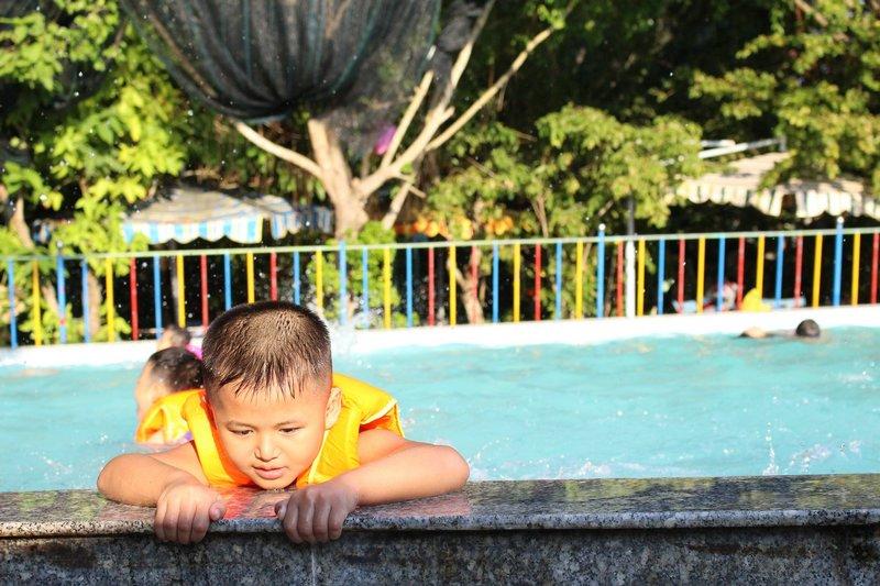 Pieluchy do pływania w wodzie – świetne rozwiązanie na basen i plażę