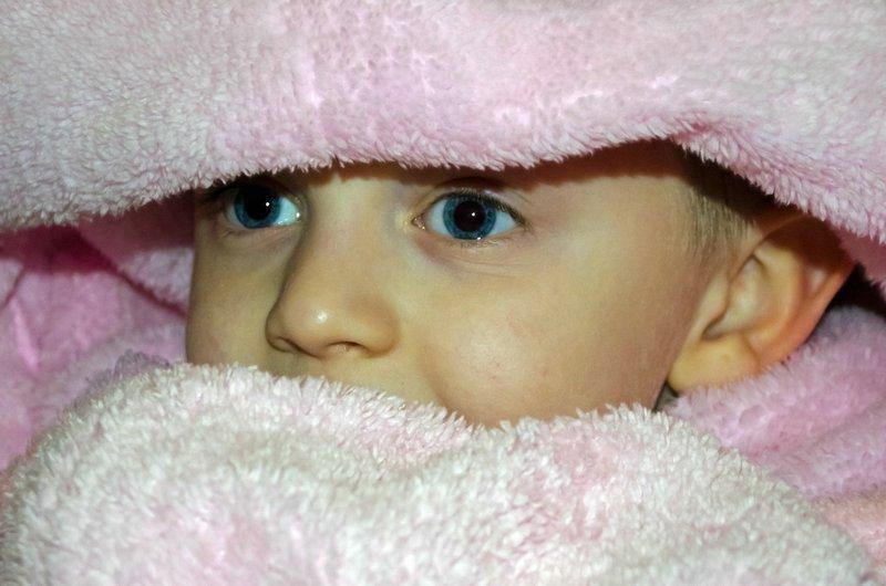 dziecko w szlafroku